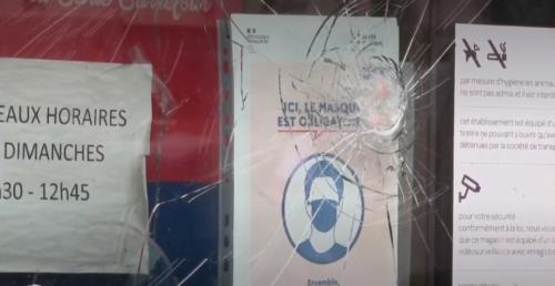 マスク反対派に割られたガラスドア